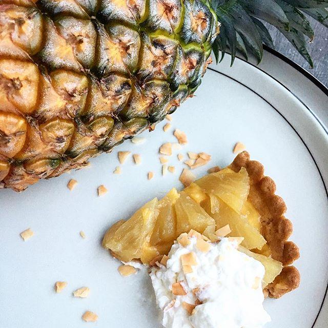 """【月イチtarte】 """"食べるピニャ・コラーダ""""月イチのハズが今月2回目です。今回は南国をイメージさせる#パイナップルの#タルト。ホワイト・#ラム でコンポートにした#沖縄 産完熟パインを#ココナッツ カスタードの仄かな風味と#ラム 香るクリームとともに。ドリンクには当店でインフューズしている#コーヒー ウォッカで苦味のアクセントを添えるとコントラストあるペアリングとして愉しめるかと思います。#bar #authenticbar #tarte #homemade #pineapple #coconut #rum #行徳 #スイーツ #自家製タルト #自家製スイーツ #行徳bar"""