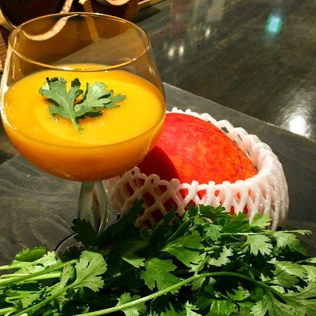 【限定カクテル】マンゴー×固体抽出したパクチー・ウォッカのカクテルそろそろ国産#マンゴー もシーズンアウト。現在ある分のみですが#パクチー ウォッカとのカクテルご用意あります。#bar #authenticbar #bartool #cocktail #freshfruit  #freshfruitcocktail #freshfruitscocktail #freshfruitscocktails #infuse #infusion #mixology #mango #phakchi #coriander #バーツール #行徳 #行徳BAR #カクテル #フレッシュフルーツカクテル #フレッシュフルーツ #コリアンダー  #インフューズ #インフュージョン #インフュージョンカクテル #ミクソロジー