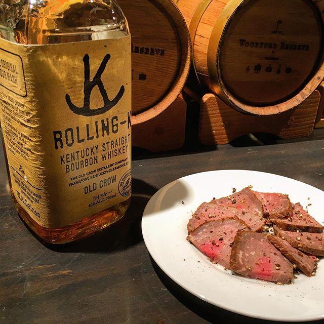【週末スモーク】牛モモ肉 ver 1.02今週も燻しております。今回はピートパウダー使わずシンプルに。ただしソミュール液への漬け込みの時間とスモーク時の火力と時間に更に手を入れております。#bar #authenticbar #bourbon  #whiskey #bourbonwhiskey #smoke #pairing #foodpairing #whiskeypairing #whiskypairings #バーツール #行徳 #行徳BAR #燻製 #barfood