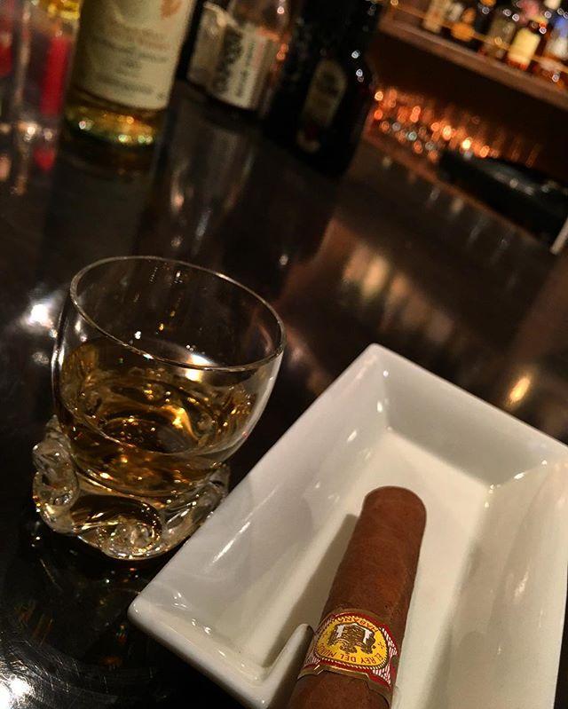 It was cheers for good work this week too.And #goodnight .Hope wonderful day tomorrow.#bartool #bar #authenticbar #cigar #elreydelmundo  #calmdown #singlemalt #whisky #fettercairn #バーツール #行徳 #シガー #葉巻 #行徳BAR