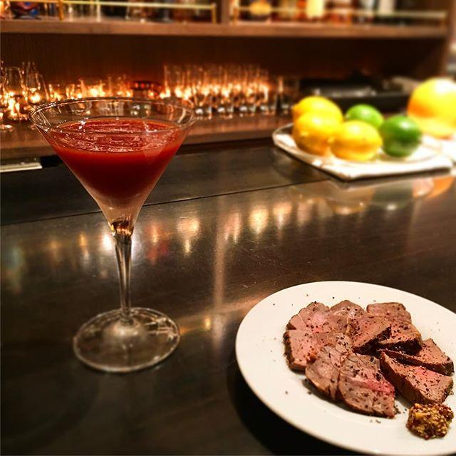 【週末スモーク】牛モモ肉 ver 2.0バージョンのマイナーチェンジには至りませんがいろいろ実験中。今回の#カクテルペアリング は#ブラッディメアリー 。#bar #authenticbar #cocktail #smoke #pairing #foodpairing #cocktailpairing #bloodymary  #バーツール #行徳 #行徳BAR #燻製 #barfood