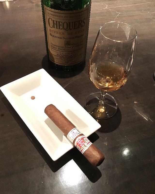 It was cheers for good work this week too !And #goodnight .Hope wonderful day tomorrow.#bartool #bar #authenticbar #cigar #calmdown #whisky #バーツール #行徳 #シガー #葉巻 #行徳BAR
