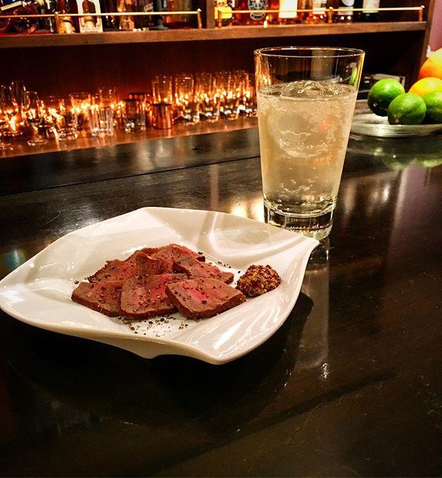 【週末スモーク】牛モモ肉 ver 4.0しばらくアップしておりませんでしたが、その間に凝りもせず手を入れて更にバージョンあげました。#bar #authenticbar #cocktail #smoke #pairing #highball #バーツール #行徳 #行徳BAR #浦安 #船橋 #燻製 #barfood #ハイボール