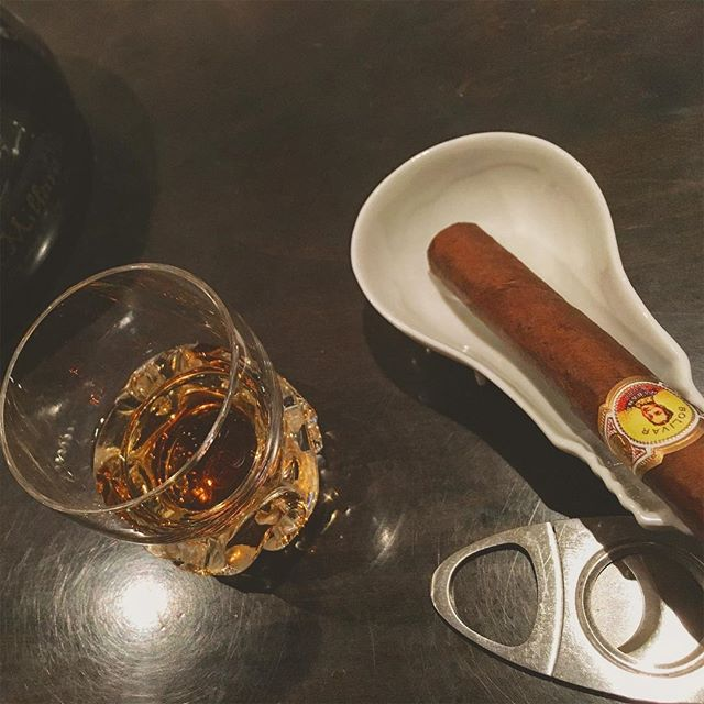 It was cheers for good work this week too !And #goodnight .Hope wonderful day tomorrow.#bartool #bar #authenticbar #cigar #calmdown #whisky #バーツール #行徳 #シガー #葉巻 #行徳BAR #浦安 #船橋