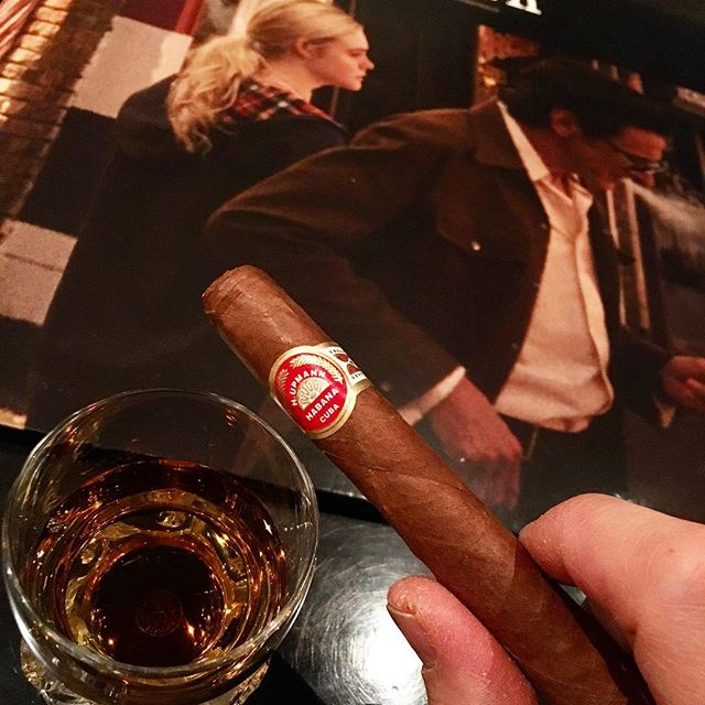 It was cheers for good work this week too !And #goodnight .Hope wonderful day tomorrow.Today is the anniversary of Fidel Castro's death.#bartool #bar #authenticbar #cigar #fidelcastro #calmdown #whisky #cuba #バーツール #行徳 #シガー #葉巻 #フィデルカストロ #キューバ #行徳BAR #浦安 #船橋