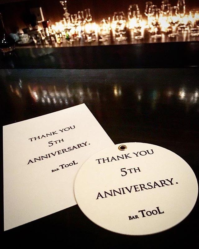 【thank you , 5th anniversary】正式には改めてお伝えいたしますが12/15で当店は5年を迎える運びとなりました。翌日から2日間、ささやかな記念イベントを行います。詳細はanniversary cardに。 …つまり取りに来てください!ってことなんですが(笑)、今回のカードは念願の#活版印刷 !しかも印刷屋さんがノベルティに使ってください、と記念のコースターまで作ってくれました!ぜひ、ひとりでも多くの方にこのカードは触っていただいて(なにしろ活版はその手に取ってこそ、ですから!)、お持ちいただければと思います。コースターもご一緒に添えております(先着順、無くなり次第終了)。 皆さまのお越しを心よりお待ちしております。BAR TooL#bartool #bar #authenticbar #5thanniversary #anniversary #バーツール #5周年 #5周年記念 #アニバーサリー #行徳 #行徳BAR #浦安 #船橋