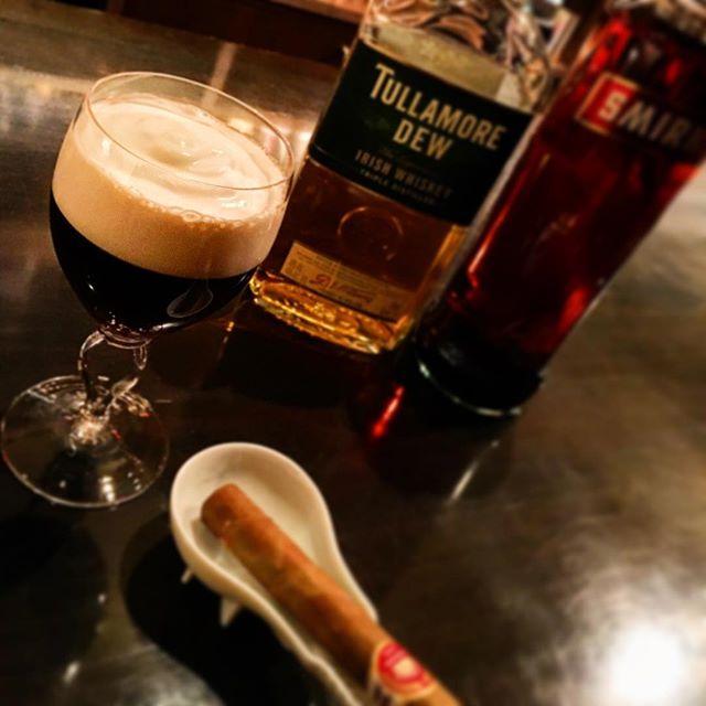 【recommend cocktail】Irish coffee寒いですね。こんな日に飲みに行くのもなー、なんて方が多いのは重々承知ですが、帰り道に#ホットカクテル でも飲んで暖をとって帰るのも気の利いた帰り方じゃないかなーなんて思います。やはり代表格はこの#アイリッシュコーヒー じゃないでしょうか。当店の手間がかかる#カクテル のtop of topですが、自信を持ってオススメできるホットカクテルの古典。こんな寒い日には、ぜひ。#bar #authenticbar #bartool #irishwhiskey #tullamoredew #irishcoffee #whiskey #cocktail #hotcocktail #coffee #cigar #upmann #バーツール #シガー #アイリッシュウイスキー #タラモアデュー #ウイスキー #カクテル #葉巻 #行徳 #行徳bar #浦安 #船橋
