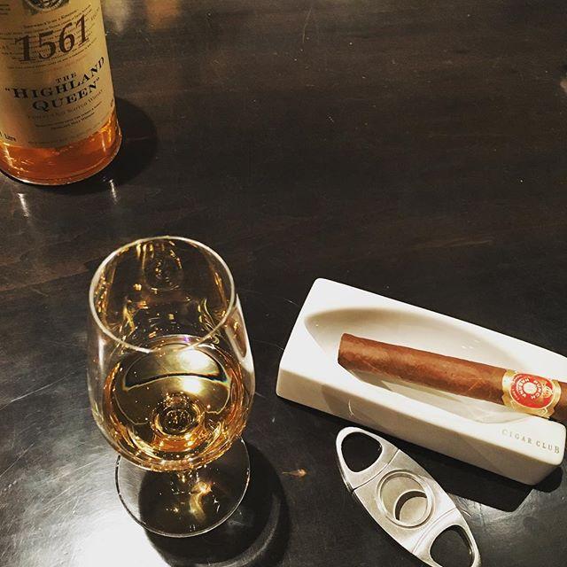 It was cheers for good work this week too !And #goodnight .Hope wonderful day tomorrow.#bartool #bar #authenticbar  #cigar #calmdown #record #バーツール #行徳 #シガー #葉巻 #行徳BAR #浦安 #船橋