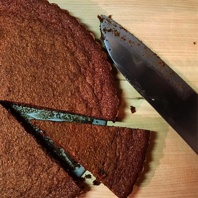 【今月はガトーショコラ】チョコレート祭りもあるので先月から続いての#チョコレート の#スイーツ 。先月のtarte chocolatに比べるとかなり軽やか。#シガー とハードリカーに合わせるのを前提としてデザインしているので重めに作ることが多いのですが、今回はやりたいこともあり真逆のレシピ。そんなに線の細くない#カクテル なら#ペアリング も可能かと思います。初めて採用したレシピなので味みるまでヒヤヒヤでしたが、#チョコレート の主張と適度なビター感もありつつ重さを感じない仕上がりになっております。ぜひ。#bar #authenticbar #bartool #homemade #gateauchocolat #gâteauchocolat #gâteauauchocolat #chocolat #chocolate #cigar #自家製スイーツ #自家製ガトーショコラ #葉巻 #行徳 #行徳bar #船橋 #浦安