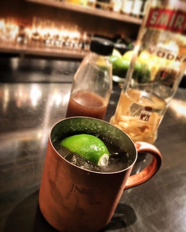 【recommended cocktail】Moscow mule (original ginger syrup)カクテルとしては名の知られたものだと思うのですが、あまりオーダーをいただかない#モスコーミュール 。当店のものは#自家製ジンジャーシロップ とジンジャーを#インフューズ したウォッカを使用。スパイスの豊かな香りとパンチの効いた辛味ですっきりした仕上がり。スタンダードなものはもちろん、時季のフルーツを使った「季節の」モスコーミュールもお作りしております。今だと名残のフルーツとなってきたリンゴや旬の柑橘類を使ったもの。ぜひ一度お試しあれ。#bar #authenticbar #cocktail  #moscowmule #homemadegingersyrup #gingersyrup #homemade  #infusedvodka #mixology #バーツール #行徳 #行徳BAR #カクテル #ジンジャーシロップ #自家製 #ミクソロジー #船橋 #浦安