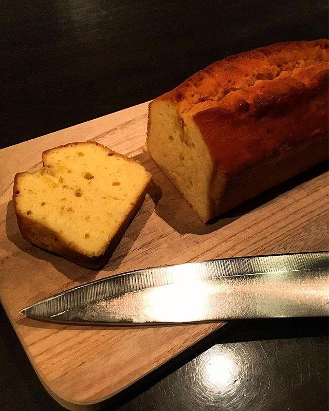 【sweets】レモンのカトルカール(パウンドケーキ )ver.2バターと砂糖の量を調整したver.2。前回よりも単体としてのキャラクター重視といった感じでしょうか。コニャックを強めに打ち、骨格を太くして熟成期間もより長くして3週間ほど。全体的に目がつまってきていて存在感あります。#bar #authenticbar #bartool #homemade #poundcake #quatrequarts #自家製スイーツ #自家製パウンドケーキ #カトルカール #パウンドケーキ #行徳 #行徳bar #船橋 #浦安