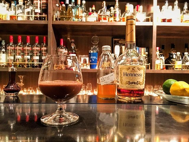 【spécialité】Alexander twist ~Matsutake infused vodka,cognac,homemade chocolate cream アレキサンダー・ツイスト~松茸インフューズのウォッカ、コニャックと自家製チョコレートクリームのカクテルトリュフが合うならジャパニーズ・トリュフと言うべき松茸が合わないはずがない!という発想。トリュフほど自己主張が強くないので穏やかに香ります(とは言えそこそこ前に来るw)。間違いなく#シガー とは高相性!チョコレートクリームはビターに仕上げてあるので甘味の調整もかなりの範囲で可能。#bar #authenticbar #cocktail  #matsutake #chocolatecream #homemade  #infusedvodka #mixology #spécialité #specialite #specialites #specialitet #cigar #バーツール #行徳 #行徳BAR #カクテル #チョコレートクリーム #スペシャリテ #自家製 #松茸 #ミクソロジー #船橋 #浦安