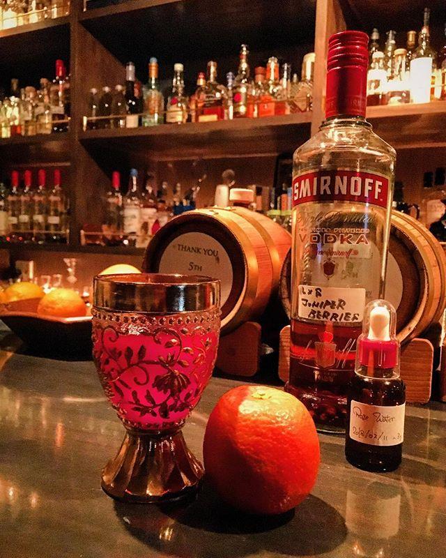 【cocktail】Bloody Bulldog with rose ~juniper berries infused vodka,blood orange,rose water ブラッディ・ブルドッグ~薔薇の香りブルドッグのシンプルなアレンジものですね。決してツイストではないです。そう言えそうなのはゴシックぽいネーミングだけ(笑)。 ジンのハーバルな香りだといささか主張しすぎるのでジュニパーのウッディさを使いつつブラッドオレンジの柑橘の香りをメインに、そして相性のいいフローラルな香りのローズ・ウォーターで華やかに。#bar #authenticbar #cocktail  #bloodorange #bloodoranges #infusedvodka #mixology #cigar #バーツール #行徳 #行徳BAR #カクテル #ブラッドオレンジ #ミクソロジー #船橋 #浦安