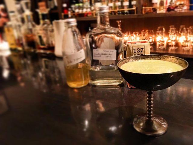 """【cocktail】Focus on """"Umami""""asparagus purée,kelp vodka,butter wash scotch & almond milk旨味に主眼を置いて作ってみました。昆布には旨味として知られるグルタミン酸の次にアスパラギン酸(こちらも旨味)を有しているという実験レポートを読んでの着想。ピューレにしたアスパラに昆布ウォッカで全体的な厚みを出し、相性のいいアーモンドミルクでアスパラのニュアンスを強めるのと同時にナッティ感を、そしてバタースコッチで奥行きを持たせた感じですね。ここまでロジカルにデザインして組み上げたカクテルは初めてかも。今までのはロジック3のフィーリングその他7くらい(笑)。これからはこういうのも少しずつ作ってみようと思います。まあスタートは閃きor興味10ありきなんですがw#bar #authenticbar #cocktail #asparagus #aspara #almondmilk #umami #mixology #バーツール #行徳 #行徳BAR #カクテル #旨味 #ミクソロジー #アスパラ #アスパラガス #アーモンドミルク #船橋 #浦安 #深夜の実験"""