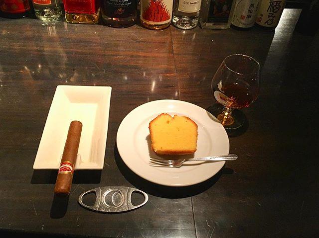 It was cheers for good work this week too.And #goodnight .Hope wonderful day tomorrow.#bartool #bar #authenticbar #cigar #calmdown #record #poundcake #quatrequarts #バーツール #行徳 #シガー #葉巻 #パウンドケーキ #カトルカール #行徳BAR #浦安 #船橋