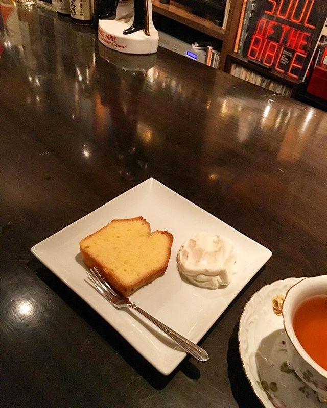 【sweets】パウンドケーキスイーツのアップは最近しておりませんでしたが、パウンドケーキを飽きもせず焼いております(笑)。今回は何も混ぜこむことのないシンプルなモノ。いつも通り、コニャックを使ってエイジング。#bartool #bar #authenticbar #poundcake #quatrequarts #バーツール #パウンドケーキ #カトルカール #行徳 #行徳BAR #浦安 #船橋