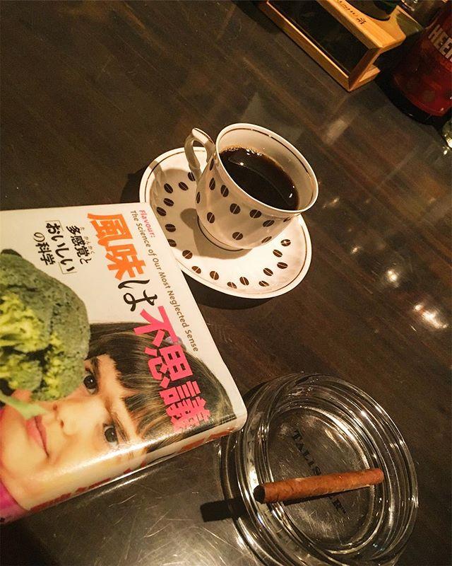 こんな天候ですが営業致します。今日はコーヒーでも飲みながら本を読みつつ、ついでにシガリロ程度ならやれそうなほどリラックスした営業になりそうですね…。 本を読むどころかコーヒー飲むヒマもないような日になる事を願って止みません(笑)。まあ常日頃から願っていることなんですけど。お越しの際はくれぐれもお気をつけてお越しください。#bartool #bar #authenticbar #book #coffee #cigar #cigarillos ##cigarillo #バーツール #本 #読書 #コーヒー #葉巻 #シガー #シガリロ #行徳 #行徳BAR #浦安 #船橋