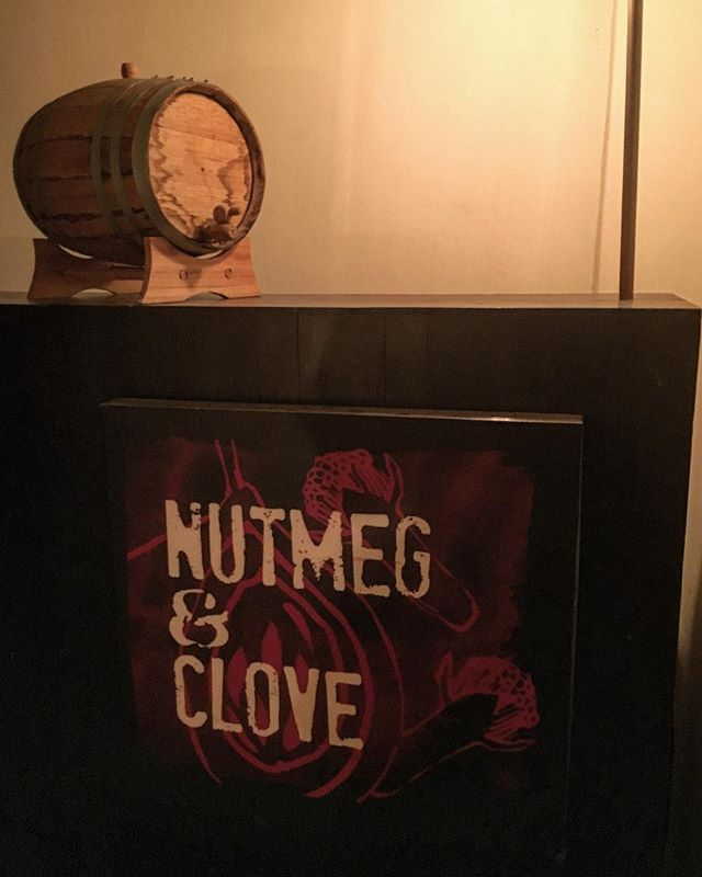 """【シンガポールへシンガポール・スリング飲みに行ってきた~シンガポール&マレーシアBAR体験記 ①】nutmeg & clove (33位)今回の訪問で一番行ってみたかったのがココとoperation dagger(19位)。残念ながらdaggerはクローズ間近で行くにはためらわれたのでnutmegへ。調べた甲斐あってなのか、目の付け所が良かったのか(おそらく前者)見事にヒット…というよりホームラン。ハーブやスパイスの使い方、ミクソロジー的手法がトリッキーなものでも大仰にショウ・アップされたものでもなく、素晴らしく高いレベルでまとめこまれており、コンセプトや説得力を感じることができるとても""""太い""""カクテルでした。お店は複数人で来るのを前提としたような感じでテーブル席主体。カジュアル寄りでありつつ適度に静かで緩やかな雰囲気。カウンターには通されなかったのでメイクを見れなかったのが残念。繰り返しますがハーブやスパイスとミクソロジーをしっかりとまとめ込んでくる技術力には脱帽でした。ワタクシ、全然足りてない。一軒目から見事にヘコまされました。で、次に向かうわけですがこれはまた次回の更新で!#bartool #bar #authenticbar  #nutmegandclove #singapore #asiabestbars #asiabestbar #バーツール #シンガポール #行徳 #行徳BAR #浦安 #船橋"""