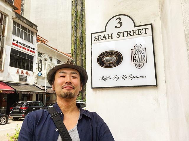 【シンガポールへシンガポール・スリング飲みに行ってきた~シンガポール&マレーシアBAR体験記 ③】The long barとりあえず看板前でドヤ顔wかのシンガポール・スリングが生まれた(とされている)場所。そして、今回の訪問で唯一のAsia Best BAR 50とは関係のないBAR。残念ながらラッフルズそのものが全面改装中で、土産物屋の隣にポップ・アップBARとなっており…その歴史を肌で感じることはできませんでしたが(泣)、歴史の重みなどで舞い上がらずにカクテルそのものをシンプルに味わえた気はします(ポジティブ)。感想はと言えば「バーテンダーが飲みに行って最もがっかりするカクテルのひとつ」と言われていたのでがっかりしに行ったようなものなのですが…飲んでみると全くもって普通。その事実に何よりがっかりした(笑)。サーバーから注がれるとか、バケツに合わせたのが入っていてそこからサーブされるとかいろいろ聞いていたのにwポップ・アップで歴史も伝統も重厚さも感じさせなくとも(←言い過ぎw)やはりレジェンダリーなBAR、しかもホテル自体ミシュラン5スターの名門。白人観光客が多かったですね。周りも90%以上はシンガポール・スリング飲んでた。当たり前か。しかし言いたいことはいろいろあれども、やはりその現場に行って飲むというのは大事ですね。そういう意味で貴重な経験でした。次はマレーシアに移動して最後のレポですー。#bartool #bar #authenticbar  #singaporesling #raffleshotel #raffleshotelsingapore #thelongbar #longbarsingapore #singapore #ラッフルズホテル #ラッフルズホテルシンガポール #シンガポールスリング #ロングバー #バーツール #シンガポール #行徳 #行徳BAR #浦安 #船橋