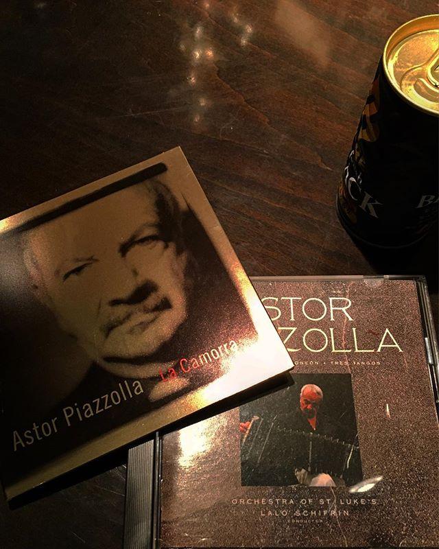 本探しに行ったはずなのに間違えて#CD 購入。#ピアソラ が目に入ってしまったら買うしかない(笑)。季節を問わずBARでかかっているのは似合いますが、秋より合う季節は無い気がします。官能的で愁いあるサウンドは唯一無二。これからの季節にはオススメのアーティストです。#bartool #bar #authenticbar #astorpiazolla #piazolla #piazollatango #bandneon #tango #バーツール #行徳 #アストルピアソラ #バンドネオン #タンゴ #コンチネンタルタンゴ #行徳BAR #浦安 #船橋