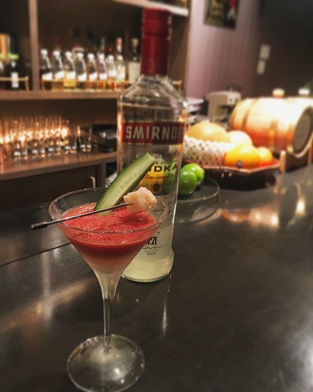 【UMAMI cocktail no.3】自家製トマトピューレと生ハムウォッカのブラッディメアリー~キュウリとパルミジャーノ レッジャーノを添えて前回のUMAMI cocktailをさらにブーストさせるイメージですね。全てグルタミン酸。生ハムウォッカをカツオ節ウォッカに置き換えてイノシン酸を加えるのもありだと思います(もちろんご用意あります・笑)。 過去に作ったものの融合で新しく出来上がるものがあるのはとても楽しいですねえ。点と点が繋がるというのは自分がわづかでも前に進めていることの証明みたいなものですから。#bar #authenticbar #cocktail #bloodymary #prosciutto #prosciuttodiparma #parmigianoreggiano #cheese #vodka #cucumber #umami #mixology #バーツール #行徳 #行徳BAR #カクテル #ブラッディメアリー #旨味 #ミクソロジー #生ハム #プロシュート #パルミジャーノレッジャーノ #チーズ #きゅうり #船橋 #浦安
