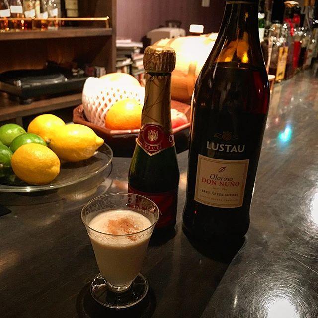 【cocktail】homemade ice cream , oloroso & sparkling wine自家製アイスクリームとオロロソ、スパークリングワインのカクテルアフォガート・スタイルのカクテルは飲むのか食べるのか微妙な淡いカクテルですが、こちらは間違いなく「飲む」カクテルです(笑)。 柑橘で酸味を加えるのではなく、スパークリングワインのもつそれで輪郭を締めてオロロソでコクとパース、厚みを出すデザイン。ちなみにオロロソを黒みりんに変えてもまた違ったニュアンスを楽しめます。 「おや?コレって…」と思われた方は話題のあのBARに行かれたことのある方ですねw#bar #authenticbar #cocktail  #mixology  #bartool #icecream #homemadeicecream #oloroso #olorososherry #sherry #sparklingwine #カクテル #ミクソロジー #アイスクリーム #自家製アイスクリーム #オロロソ #シェリー酒 #シェリー #スパークリングワイン #バーツール #行徳 #行徳bar #浦安 #船橋