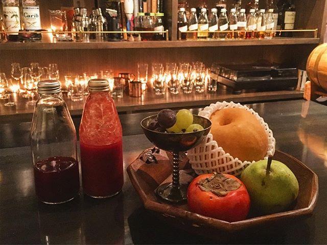【11月スタート】今年も余すところあと2ヵ月ですね。肌寒くなり、いよいよ晩秋の様相を呈し始めましたね。フルーツも変わり始めます。和梨・洋梨、サンマルツァーノトマトのピュレ、白ブドウ・黒ブドウはこのロットで終了の気配。変わりにザクロ(ジュースに加工済)とだいぶ熟成が進んでカクテルにするには最適な状態の柿がご用意出来ております。ラストロットのフルーツで名残を惜しむも良し、旬のフルーツで季節を感じるのも良し。#bar #authenticbar #cocktail #mixology #fruitscocktail #freshfruits #fruits #freshfruitscocktail #バーツール #行徳 #行徳BAR #カクテル #フルーツ #フルーツカクテル #フレッシュフルーツ #フレッシュフルーツカクテル #ミクソロジー #船橋 #浦安